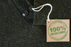 用被证明的生物或有机织品标签做的夹克 免版税图库摄影