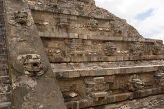 用被雕刻的雕象装饰的金字塔在特奥蒂瓦坎 免版税图库摄影
