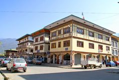 用被雕刻的木窗口装饰的传统不丹样式大厦 免版税库存照片