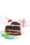 用被鞭打的奶油和cherri装饰的巧克力蛋糕可口 免版税库存图片