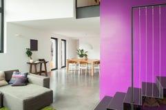 用装备的公寓,客厅视图 免版税库存图片