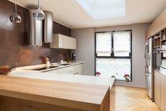 用装备的美丽的公寓,厨房 库存照片