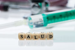 用西班牙语写的Salud;Stethoskop 库存照片
