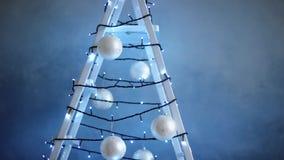 用诗歌选装饰的活梯,圣诞树装饰 股票视频