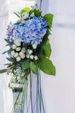 用豪华的叶子在豪华曲拱仪式的花构成装饰的,白色八仙花属,精美奶油色玫瑰,紫色南北美洲香草,蓝色 库存图片