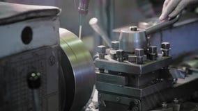 用车床加工在工厂制造业金属结构和机器的设备 影视素材