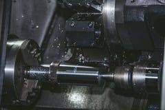 用车床加工在工厂制造业金属结构的设备 免版税库存图片