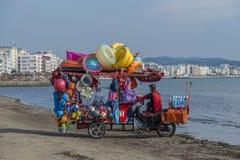 用车运送卖在Dures的海边的海滩玩具 通风 库存图片