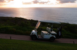 用车运送高尔夫球度假胜地海边 免版税库存图片