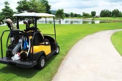 用车运送高尔夫球绿色 免版税库存照片