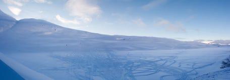 用轨道盖的被遮蔽的雪碗 免版税库存照片