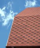 用软的瓦片盖的乡间别墅的屋顶 库存图片