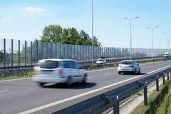 用透明墙壁修造的街道限制passin噪声  免版税库存图片
