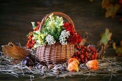 用野花、花楸浆果和秋叶装饰的木桌 免版税库存图片