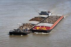 用金属废料装载的两艘驳船 库存图片