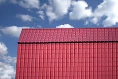 用金属盖的乡间别墅的屋顶 库存图片