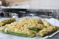 用金枪鱼和面包屑奶油充塞的夏南瓜 免版税库存图片