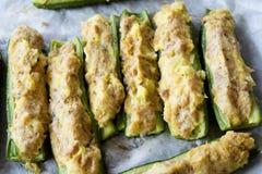 用金枪鱼和面包屑奶油充塞的夏南瓜 库存照片