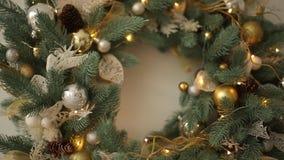 用金黄玩具装饰的时髦的白色圣诞节内部,充分缠绕灯、爆沸和光 新年` s伊芙在 股票视频