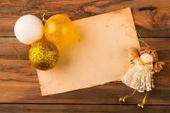 用金黄球和一位小神仙装饰的老纸 库存照片