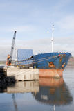 用钢被装载的大小船 免版税库存图片