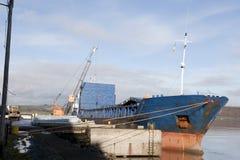用钢被装载的船 库存照片