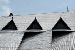 用银波纹状的板材盖的陡峭的屋顶 免版税图库摄影