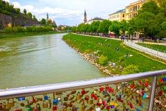 用锁盖的桥梁篱芭在萨尔茨堡 库存图片