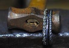 用锤子装饰的原始的伪造的珠宝 库存图片