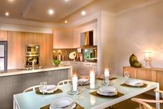 用闪动的cand装饰的豪华餐厅和厨房区域 免版税库存照片