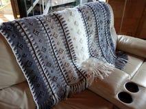 用阿富汗针做的一条手工制造钩针编织的毯子 免版税库存照片