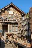 用陶瓷瓦器和围场装饰的议院 免版税库存照片