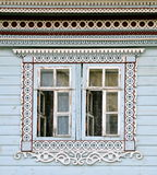 用雕刻装饰的一个老俄国房子,俄罗斯的窗口 免版税库存照片