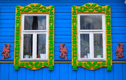 用雕刻装饰的一个老俄国房子,俄罗斯的窗口 免版税库存图片