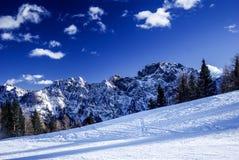 用雪包括的山 库存照片