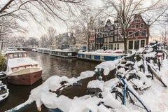用雪包括的自行车在阿姆斯特丹 库存照片