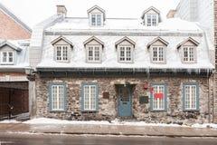 用雪和冰盖的石房子在加拿大ci的冬天 库存图片