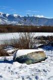 用雪和小船盖的Winter湖 库存照片