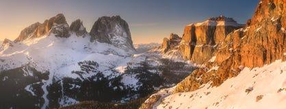 用雪和脊椎盖的山风景 免版税库存图片