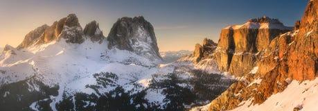 用雪和脊椎盖的山风景 库存照片