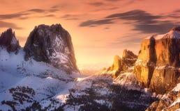 用雪和脊椎盖的山风景 免版税库存照片