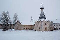 用雪和餐厅盖的教会在Kirillo-Belozersky修道院里在俄罗斯 库存图片