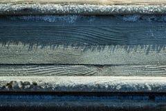 用雪报道的木桌背景 免版税图库摄影