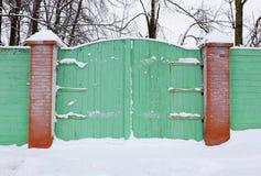 用雪报道的木门 库存图片