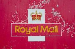 用雪报道的皇家邮件标志 免版税库存图片