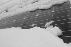 用雪盖的光致电压的模块 免版税库存照片