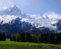 用雪盖的勃朗峰山在春天 有法国阿尔卑斯雪雪崩的惊人的全景在春天 免版税库存图片