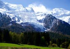 用雪盖的勃朗峰山在春天 有法国阿尔卑斯雪雪崩的惊人的全景在春天 免版税库存照片