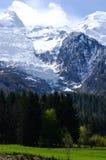 用雪盖的勃朗峰山在春天 有法国阿尔卑斯雪雪崩的惊人的全景在春天 免版税图库摄影