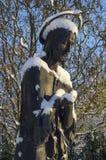 用雪盖的圣徒的雕象 免版税库存照片